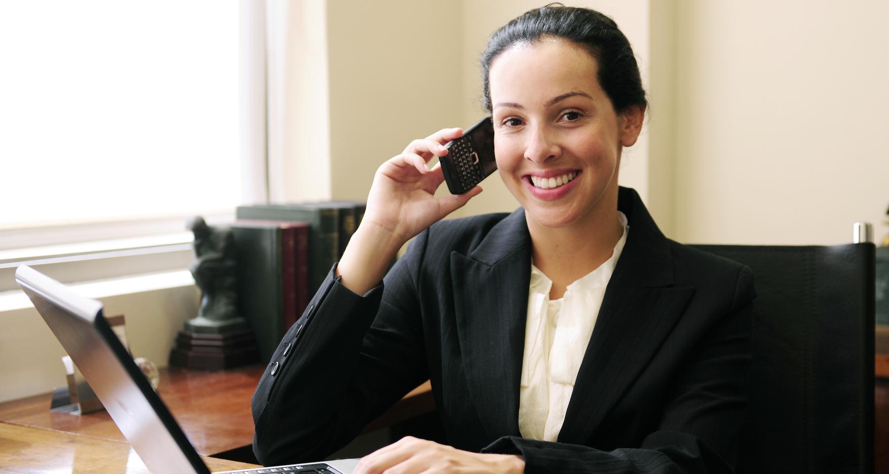 Frau am Telefon und Computer